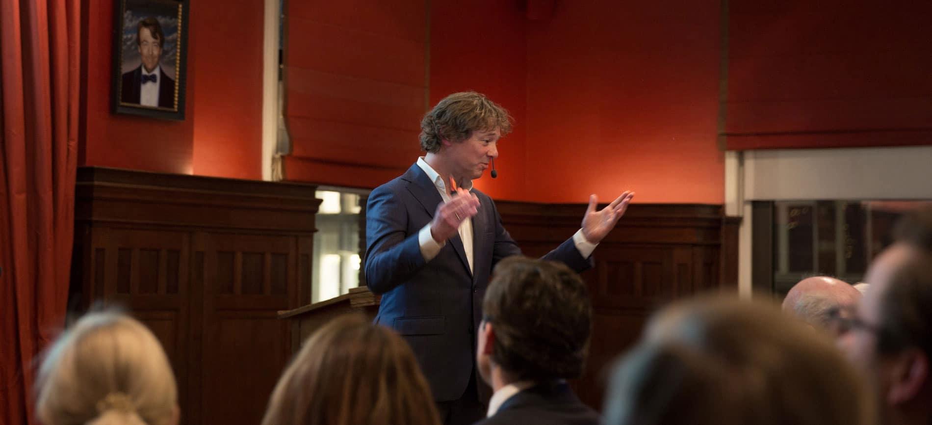 Cover dagvoorzitter presentator spreker Frits Sissing